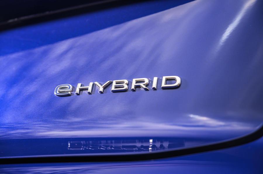 9 Volkswagen Touareg R eHybrid 2021 : premier essai au Royaume-Uni - badge hybride