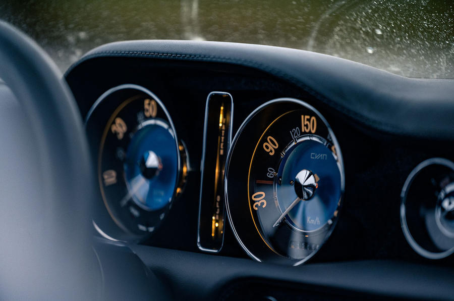 Cyan Volvo P1800 drive - dials