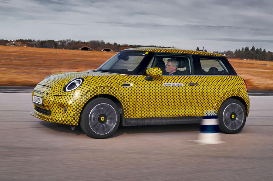 Mini Cooper SE prototype drive 2019 - on the road side