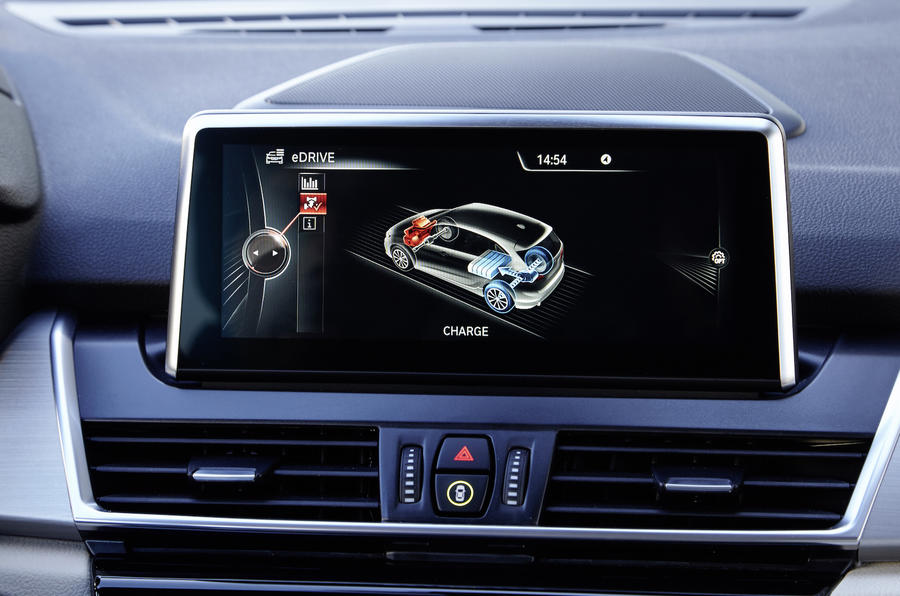 BMW 225xe Active Tourer infotainment