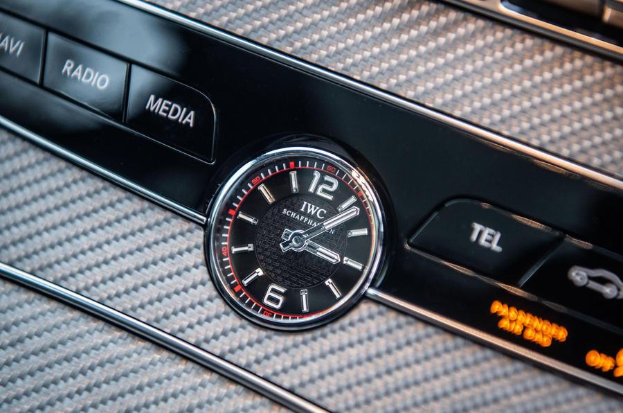 Mercedes-AMG C63 S 2018 clock