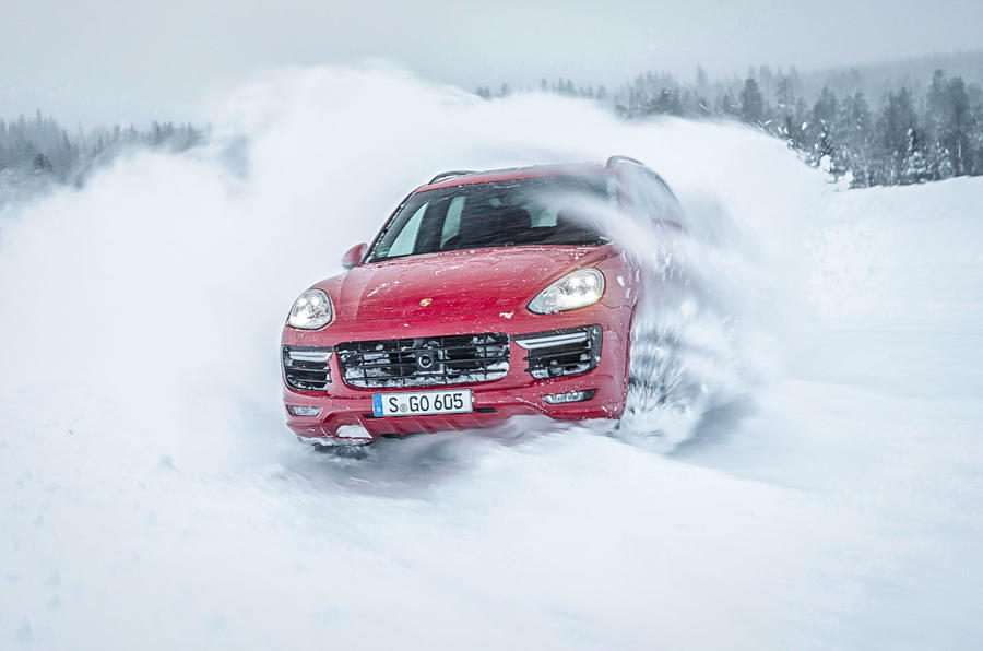 Heavy drifting by the Porsche Cayenne GTS