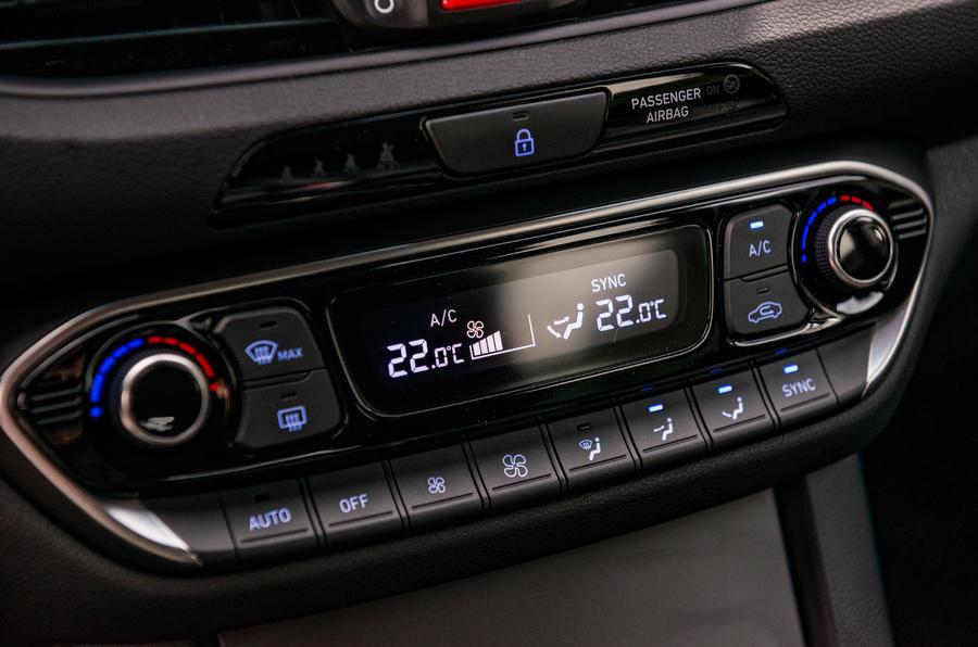 Hyundai i30 Fastback climate controls