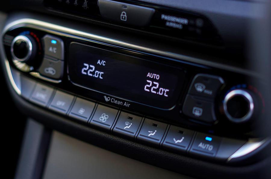 2017 Hyundai i30 1.0 T-GDi 120 SE Nav air conditioning controls