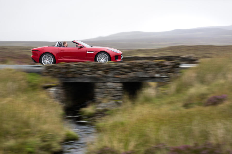 Jaguar F-Type Convertible 2.0 i4 roof down