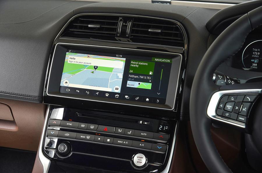 Jaguar XE 25d AWD infotainment-system