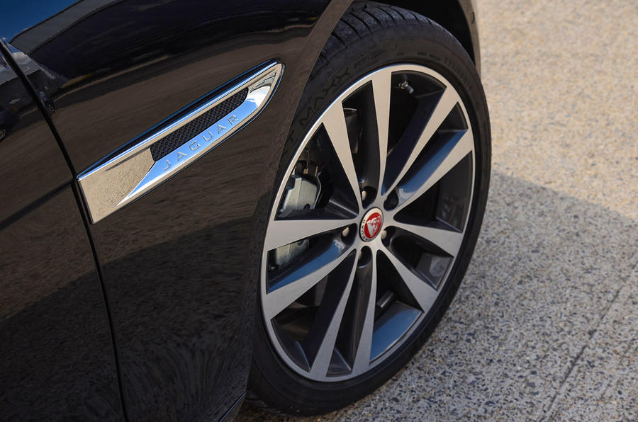 Jaguar XE 25d AWD side vents