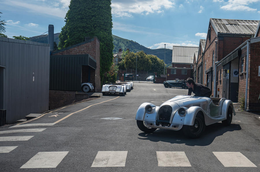 [Actualité] Morgan - Page 2 Last_steel_chassis_morgan_moving_between_workshops_at_pickersleigh_road