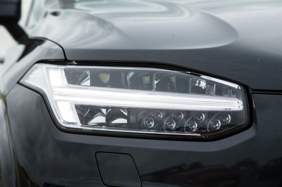 Volvo XC90 D5 Momentum vs Range Rover TDV6 Vogue: