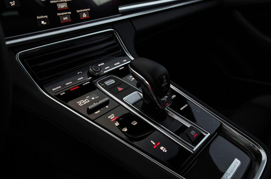 Porsche Panamera Turbo S E-Hybrid Sport Turismo centre console