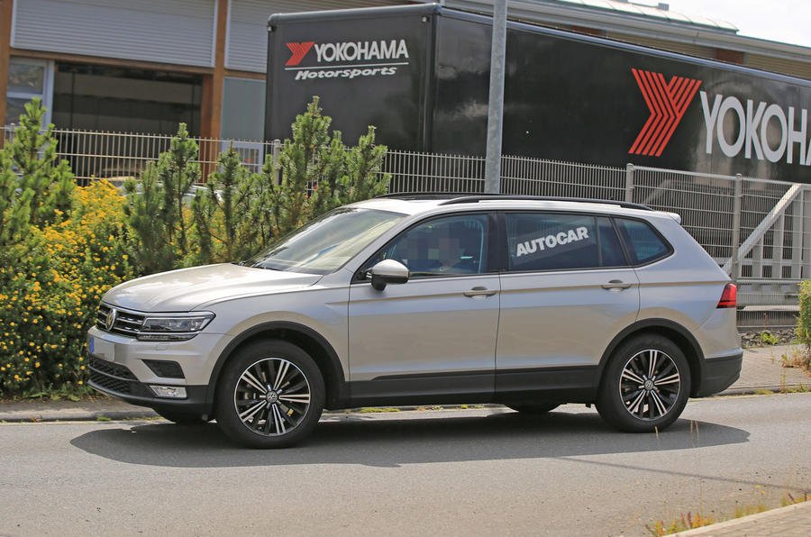 2017 volkswagen tiguan long wheelbase spotted testing autocar. Black Bedroom Furniture Sets. Home Design Ideas