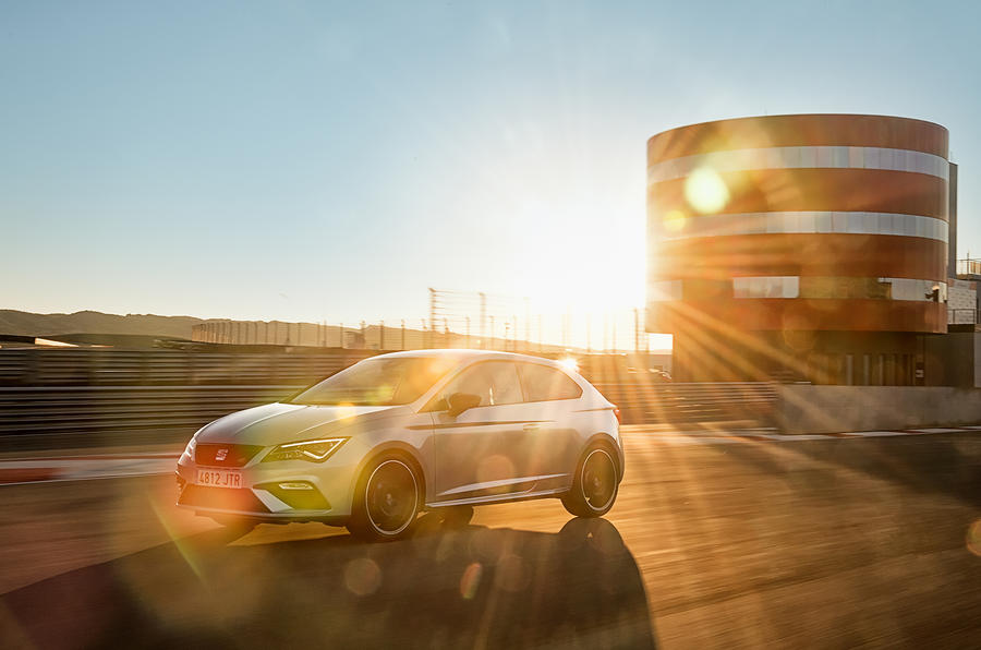 Seat Leon Cupra 300 with glare
