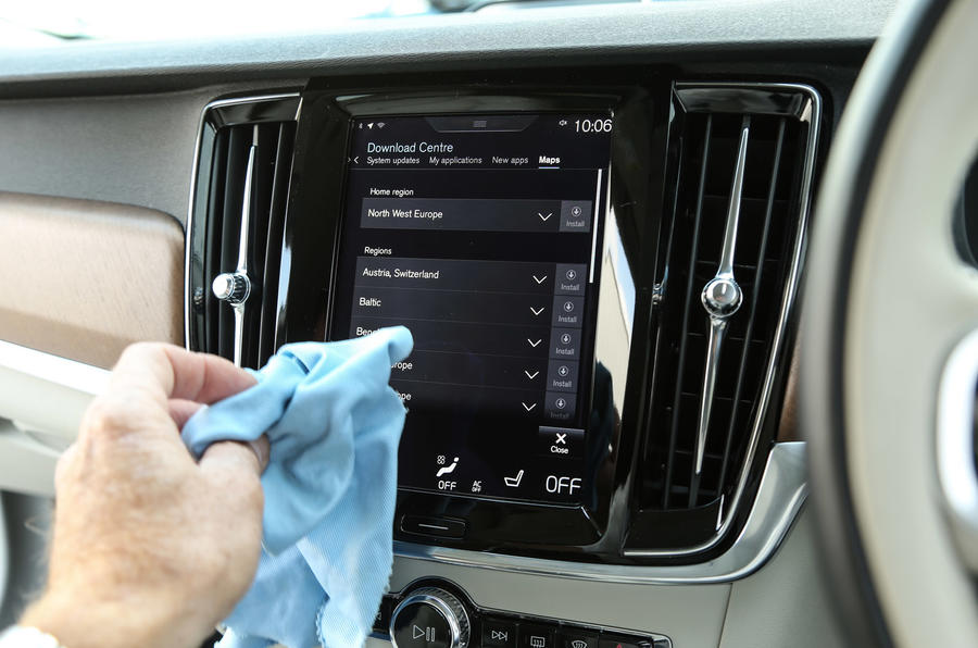 Volvo V90 cleaning the infotainment