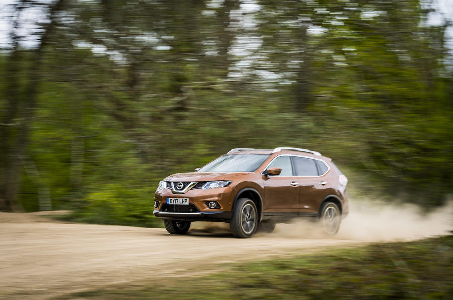 Nissan X-Trail creating dust