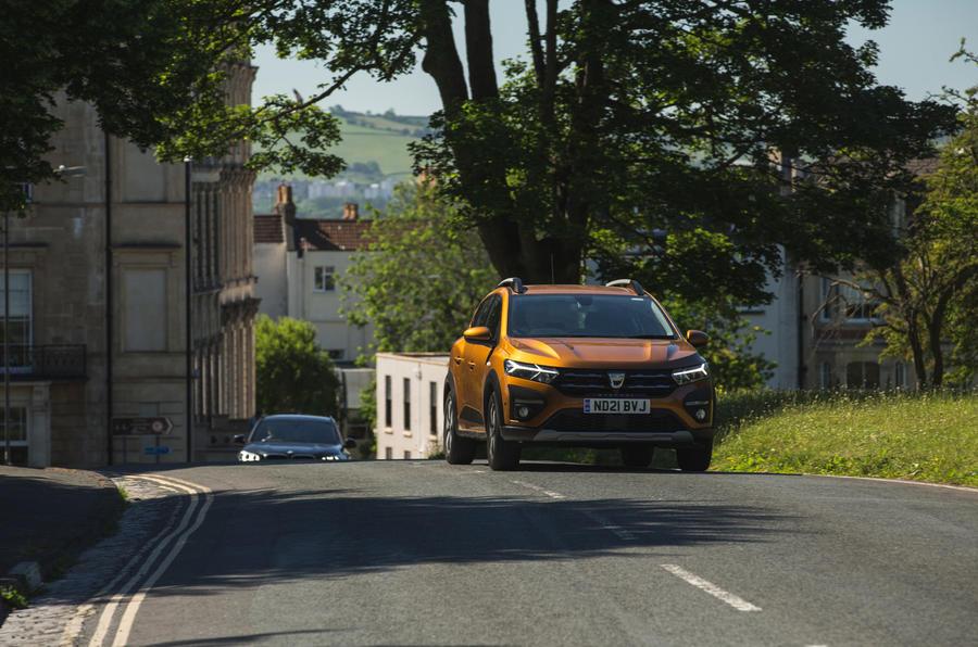12 Dacia Sandero Stepway 2021 LT sur route avant