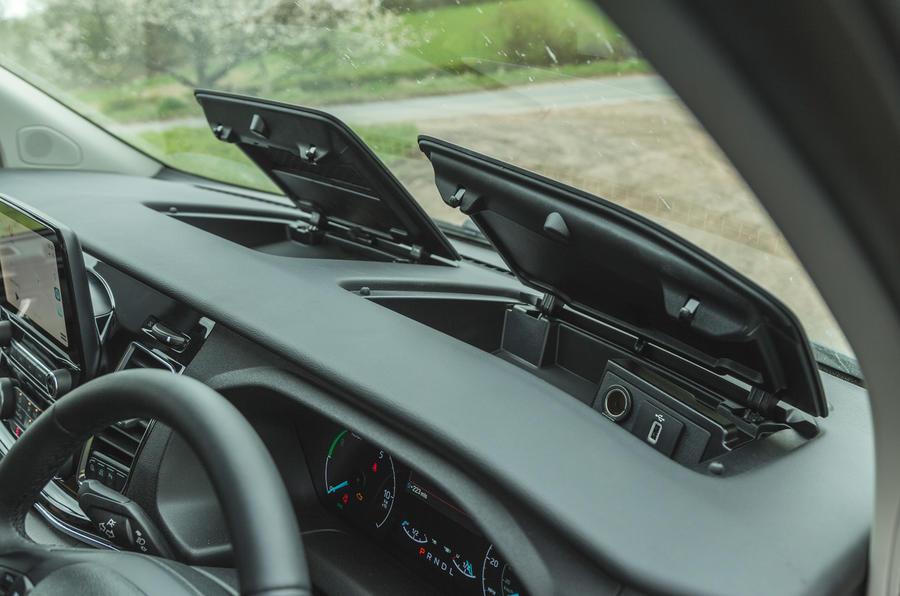 12 Ford Tourneo 2021 LT Rangement sur le tableau de bord