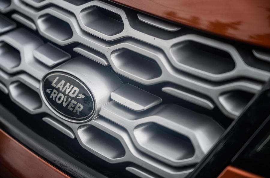 Land Rover Discovery Sport 2020 : bilan à long terme - badge bonnet