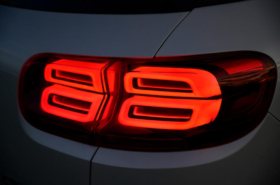 8 Citroen C5 Aircross Hybrid 2021 Revue à long terme des feux arrière