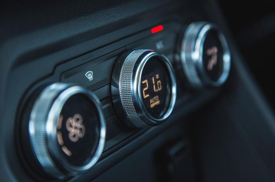 8 Dacia Sandero Stepway 2021 LT commandes de climatisation