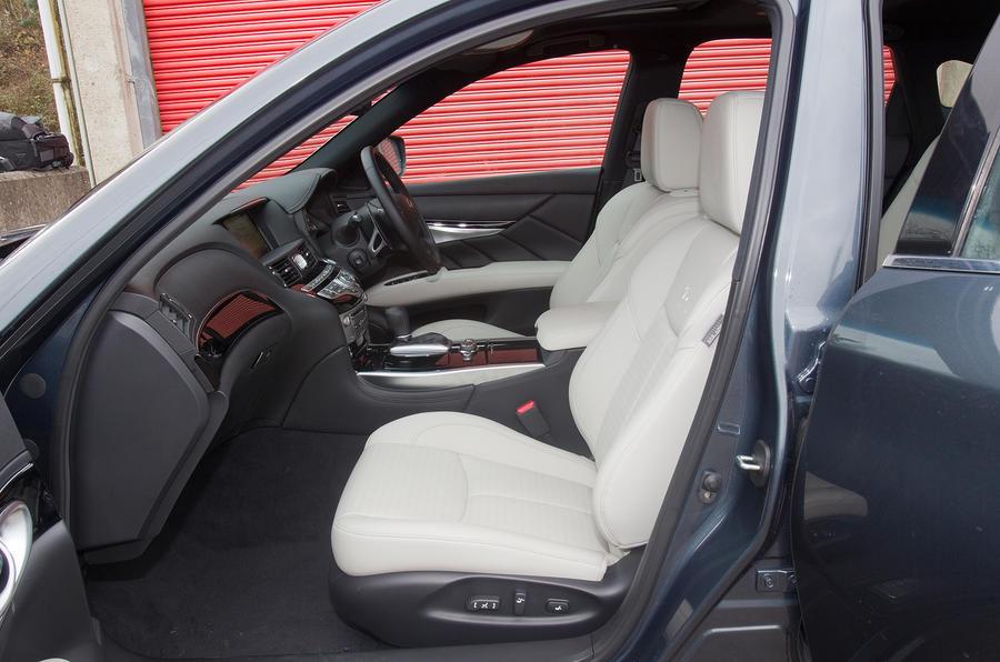 Infiniti M front seats