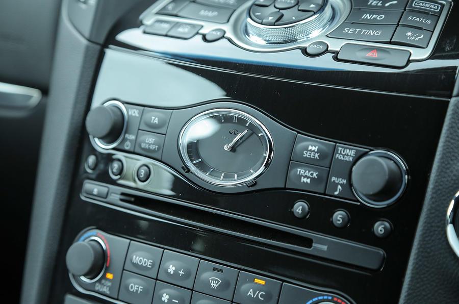 Infiniti QX70 centre console