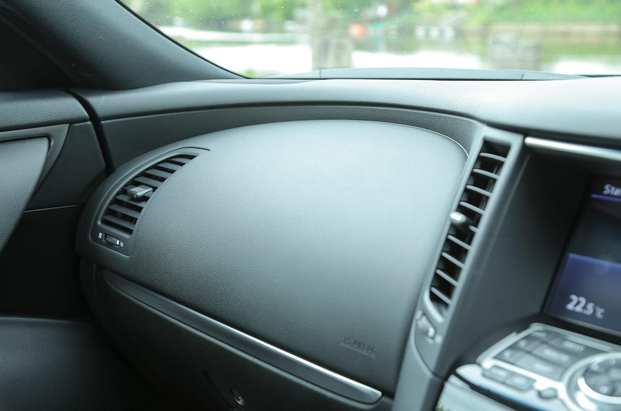 Infiniti QX70 glovebox