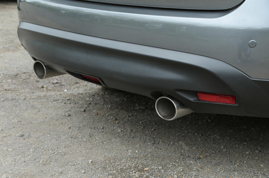Infiniti QX70 twin exhaust system