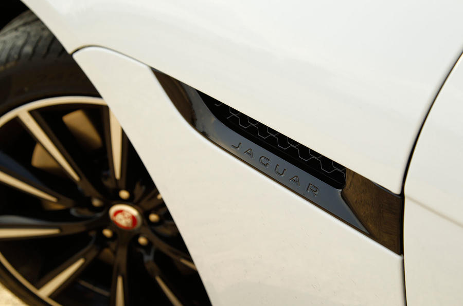 Jaguar F-type coupé side vent