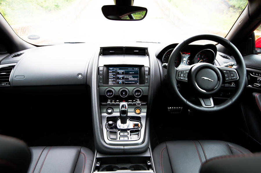 Jaguar F-Type Coupé dashboard