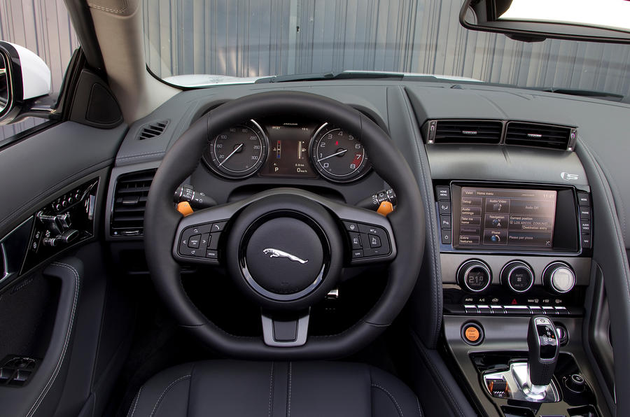 Jaguar F-type V6 S dashboard