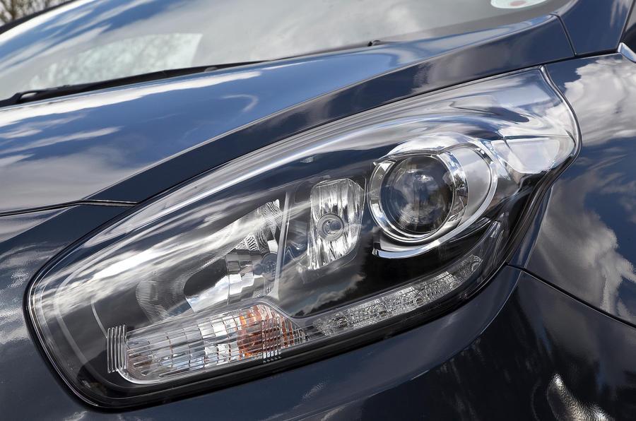 Kia Carens xenon headlights