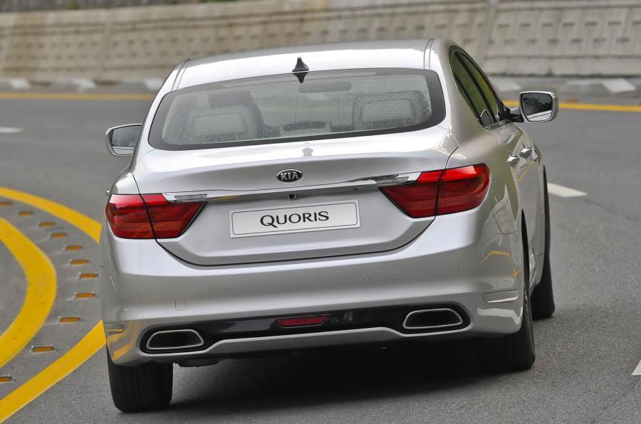 Kia Quoris rear cornering
