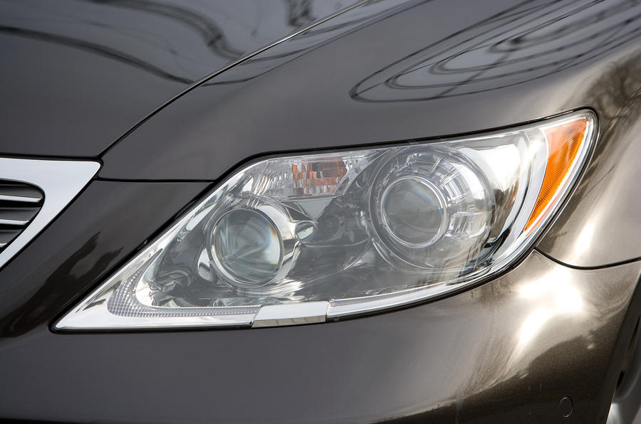 Lexus LS bi-xenon headlights