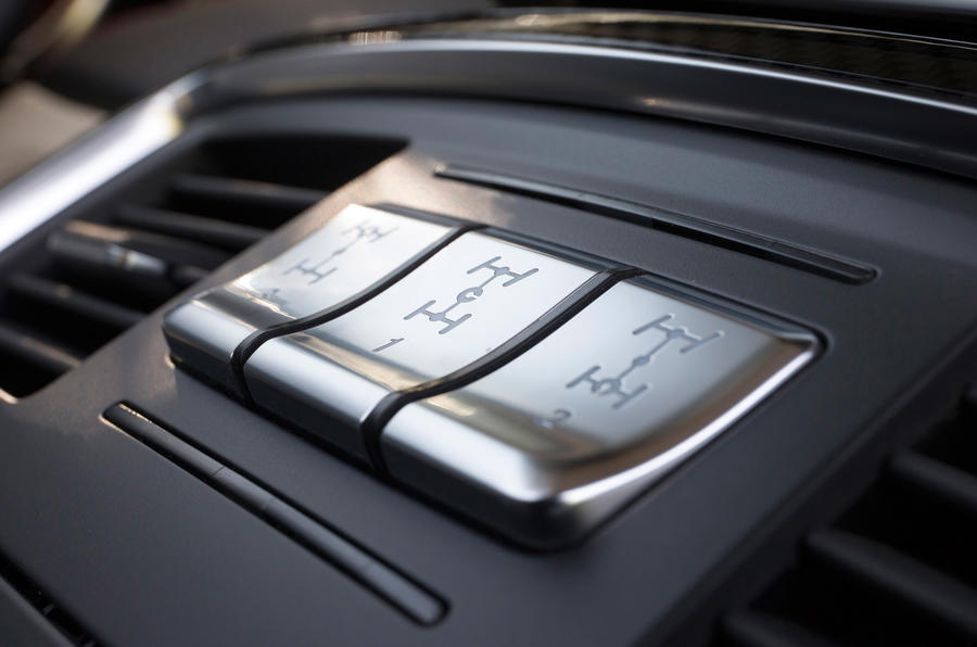 The diff locks switches in the Mercedes-AMG G 63 6x6