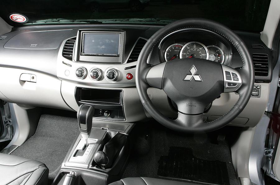 Mitsubishi L200 dashboard