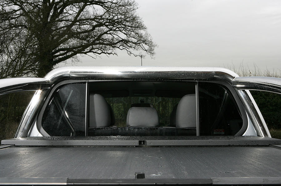 Mitsubishi L200 rear window