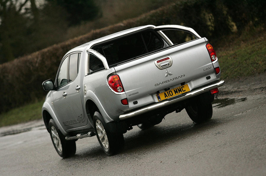Mitsubishi L200 rear cornering