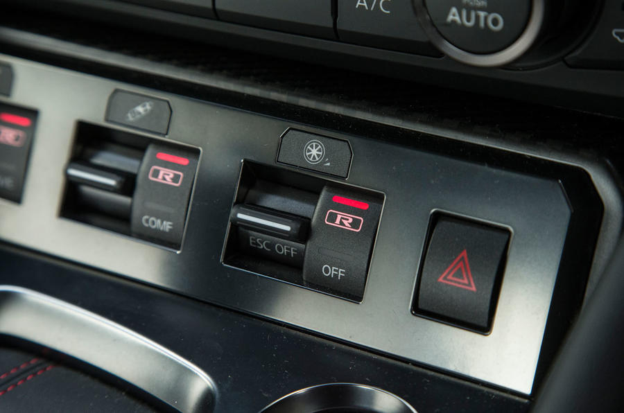 Nissan GT-R dynamic controls