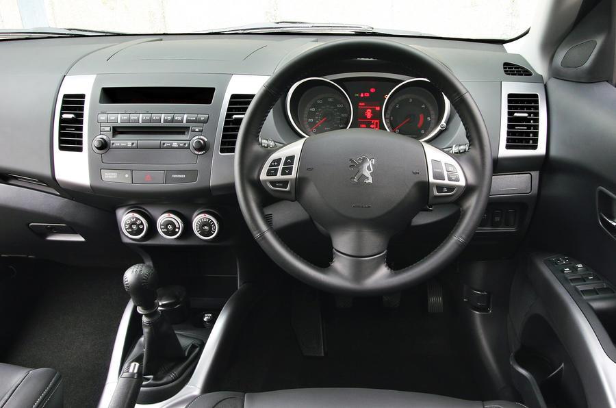 Peugeot 4007 dashboard