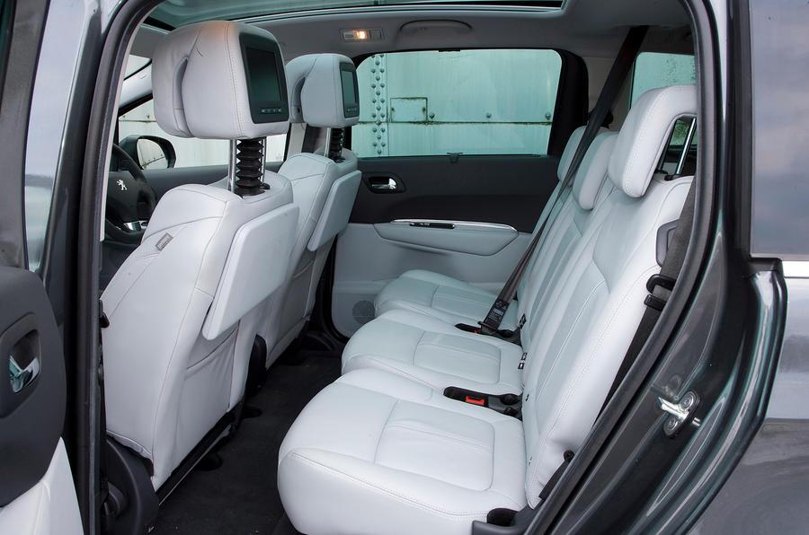 Peugeot 5008 review 2017 autocar for Interieur 5008