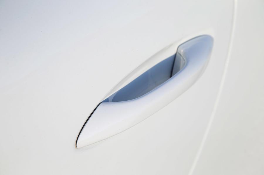 Integrated door handle recess on the 911
