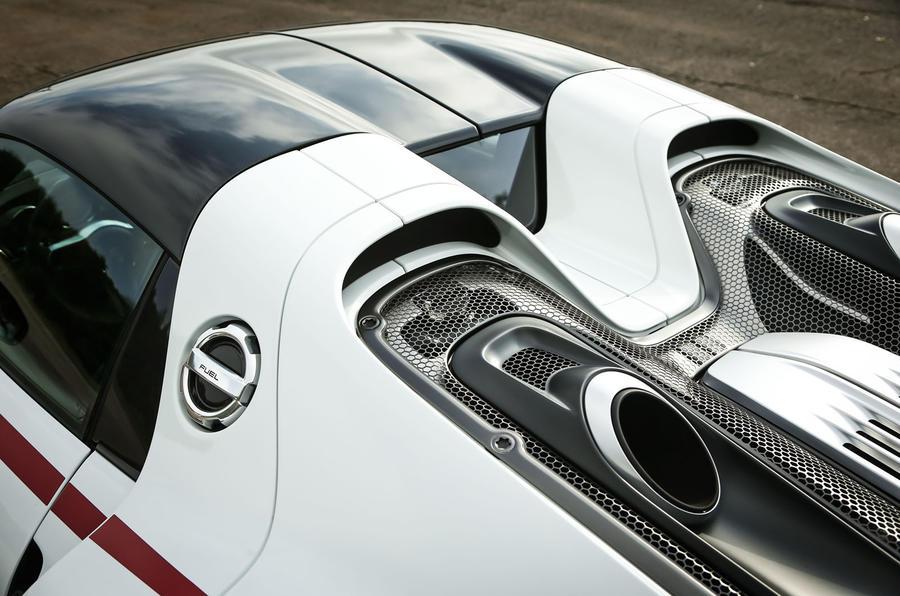 porsche 918 spyder exhaust pipes - Porsche 918 Spyder Engine