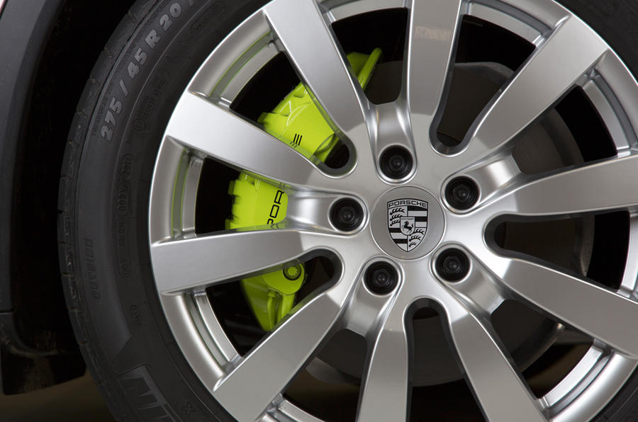 Green Porsche Cayenne S E-Hybrid brake calipers