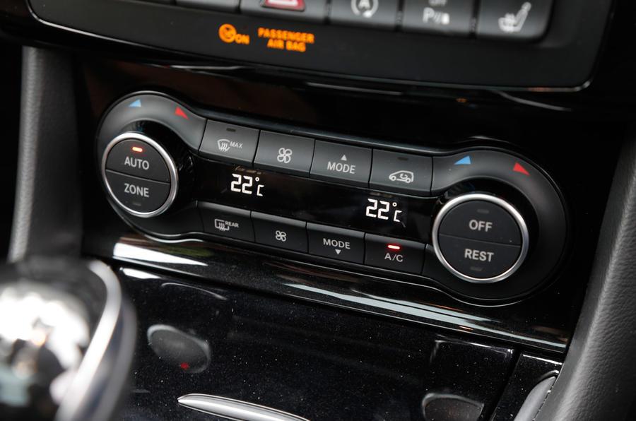 Infiniti Q30 centre console