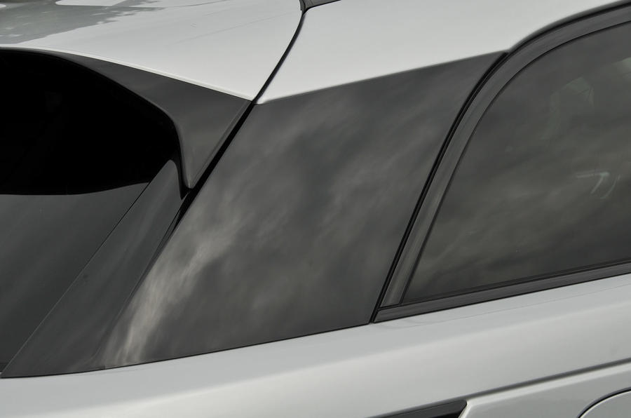 Range Rover Velar tapered roof line