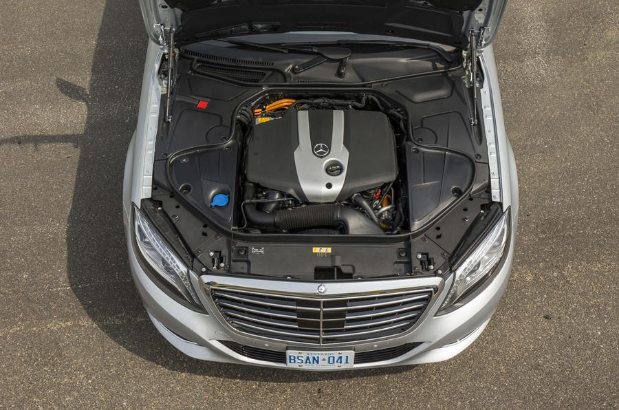 Mercedes-Benz S 300 BlueTEC Hybrid engine bay