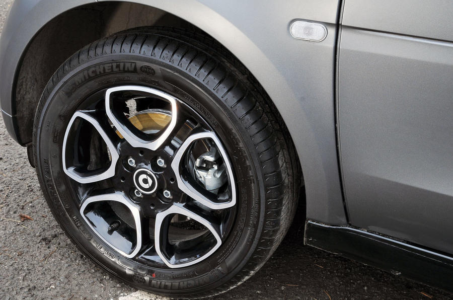 The 15in alloys also get the b-colour treatment on the Smart Fortwo