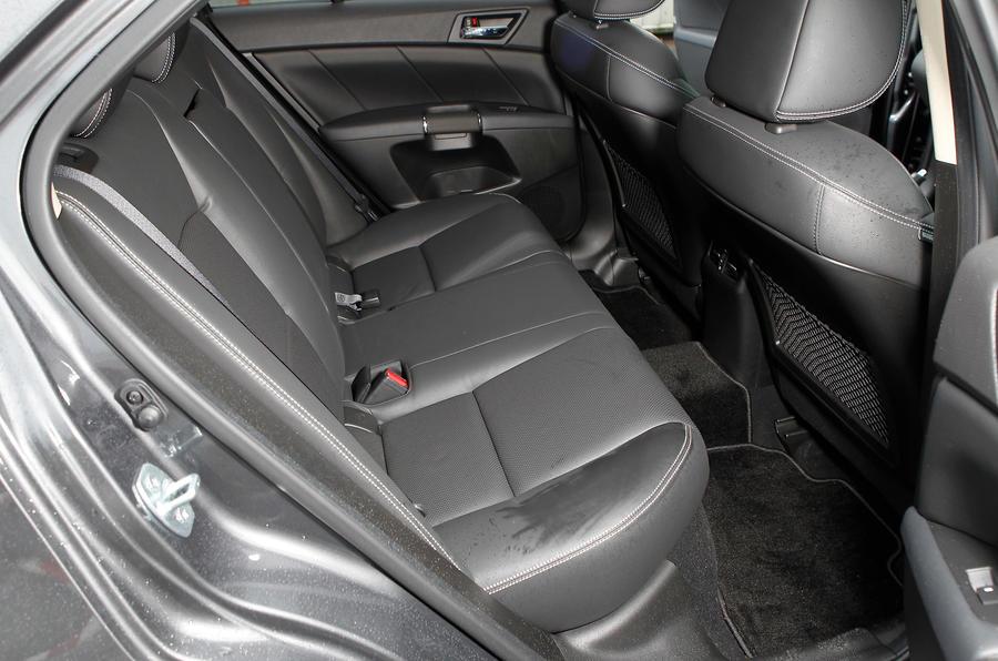 Suzuki Kizashi rear seats