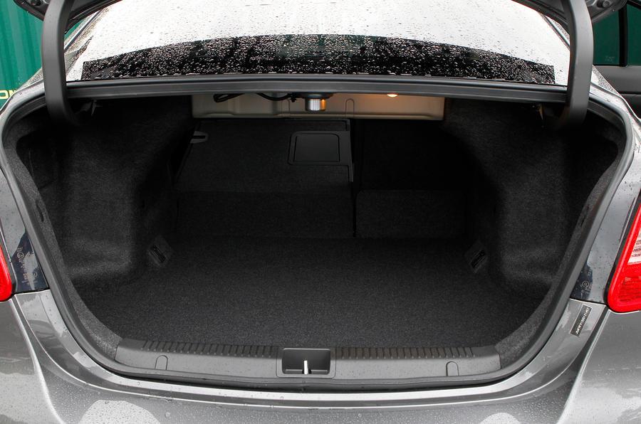 Suzuki Kizashi boot space