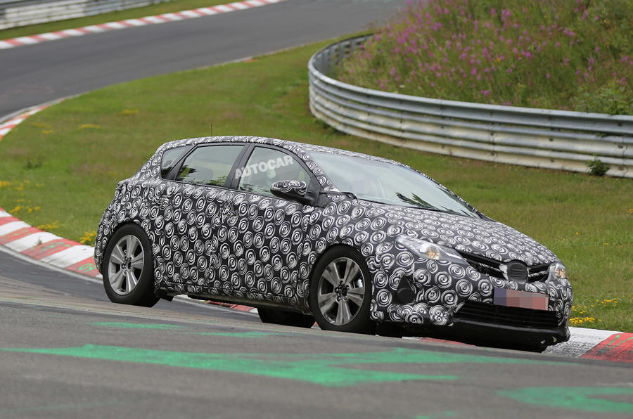 Toyota plans Auris crossover - first spy pictures